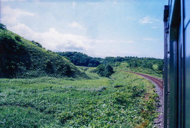 宗谷丘陵を行く鈍行の車窓の眺め。抜海駅~南稚内駅間