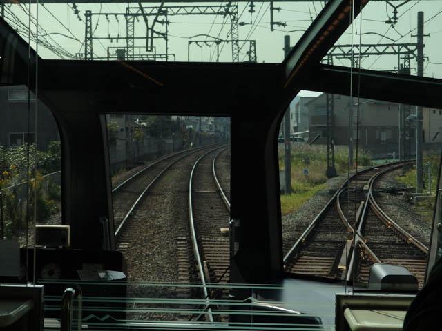 近鉄橿原線の新ノ口駅南にある、新ノ口連絡線への分岐部分を行く特急「しまかぜ」