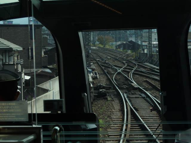 八木駅西側の合流地点に入線する特急「しまかぜ」。奥には、右手に分岐していく八木連絡線も見えている