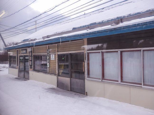 真冬の抜海駅を車窓に眺める