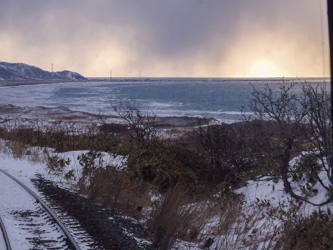 稚内を往復した帰路で、再び、海食崖の上の展望地点を通過する。南稚内駅~抜海駅間