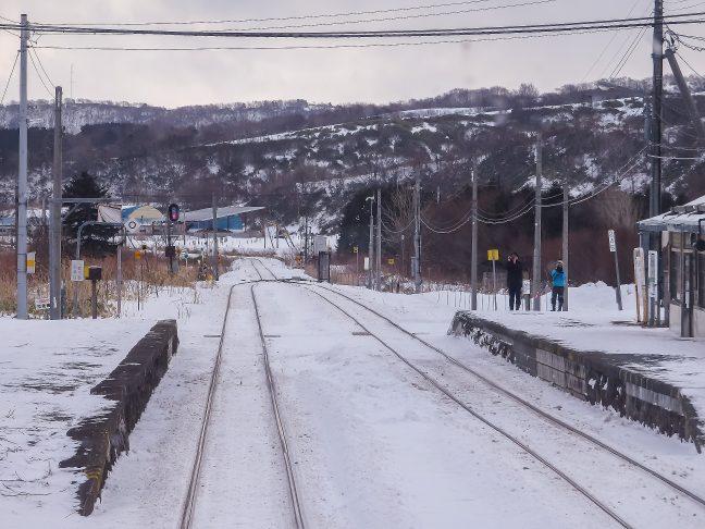 駅には2人の鉄道ファンの姿が見られた