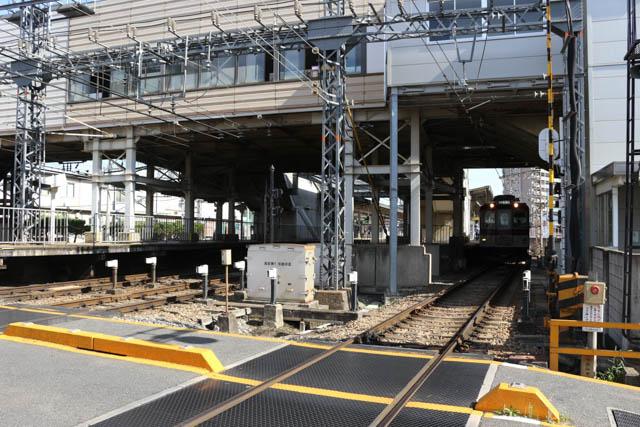 大阪中心部からの近郊区間で列車の発着も多い