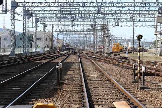 駅の南側に広がる検車区の広大な敷地