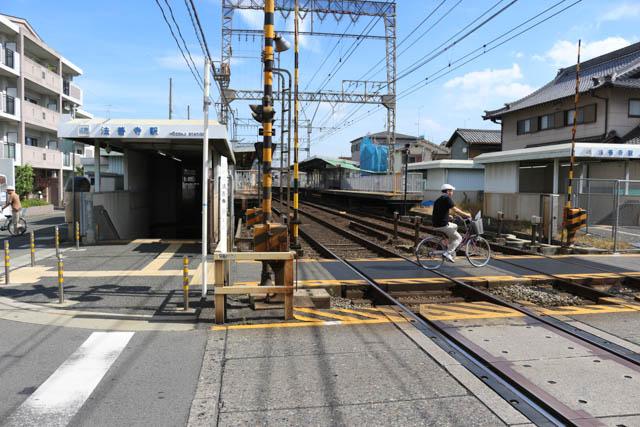 駅の南側に踏切に隣接して入口がある