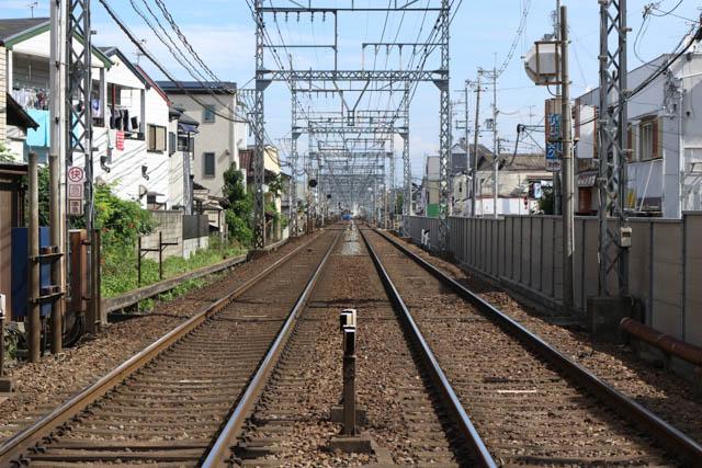 隣接する法善寺駅も目視できる