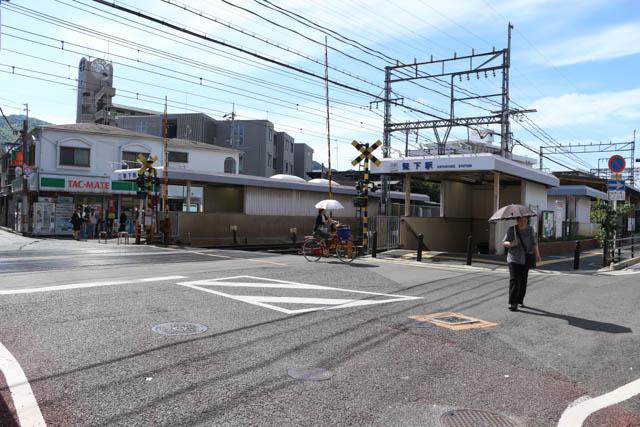 堅下駅の地下改札口への入り口