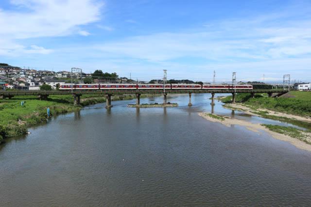 近鉄大阪線は大和川橋梁で大和川を渡る