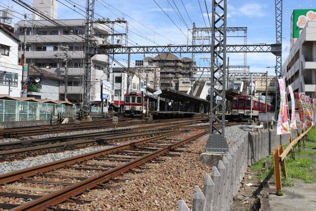 大阪郊外の中核駅で、急行以下の各列車が停車する