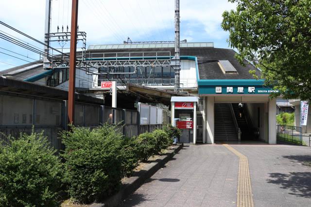 山辺の風景が長閑な関屋駅