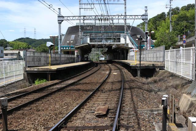 橋上駅舎で相対式2面2線の関屋駅