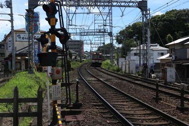 関屋駅に入線する大阪上本町行きの準急