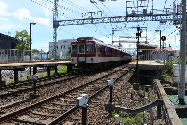 大阪から奈良盆地に下って最初の停車駅である二上駅