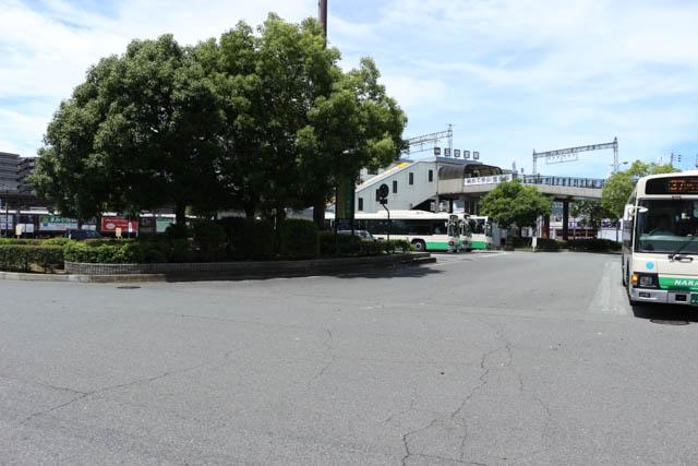 バスが頻発する五位堂駅前のロータリー