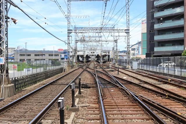 島式2面4線の大型駅である五位堂駅
