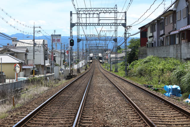 国道165号に並行する築山駅