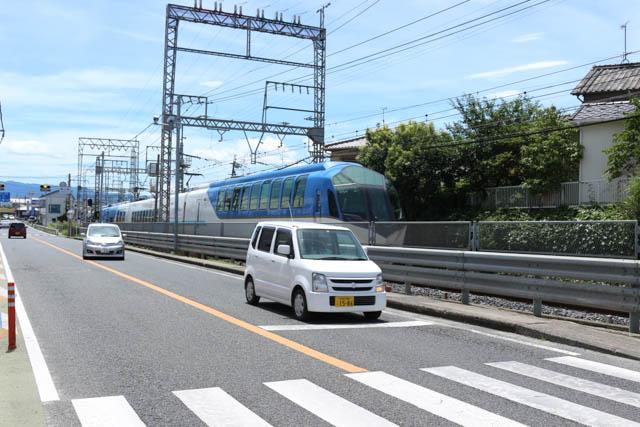 築山駅付近を行く近鉄特急「しまかぜ」