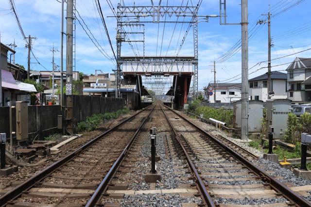 閑静な住宅地にある2面2線の築山駅