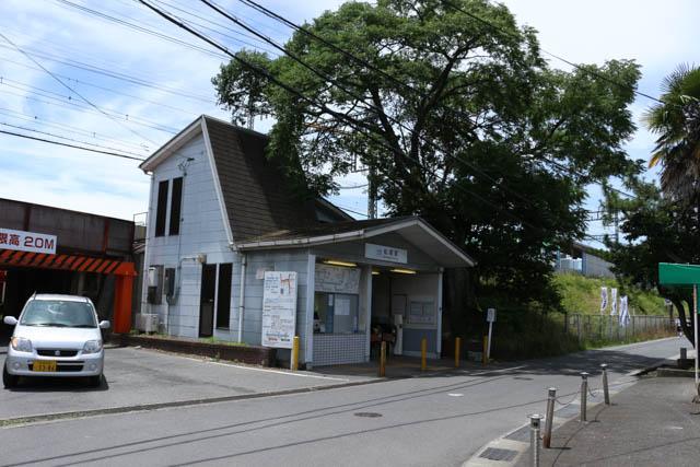 築堤上に相対式2面2線ホームを持つ松塚駅