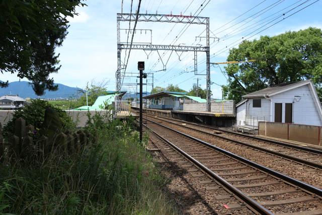 築堤脇の空き地に登って眺めた松塚駅ホーム