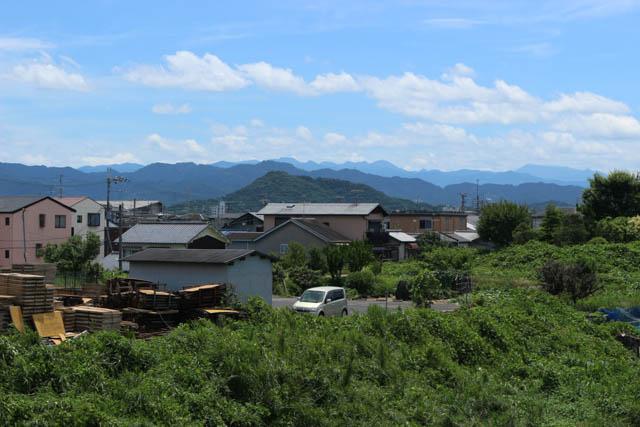 盆地の街並みの向こうには畝傍山が見える