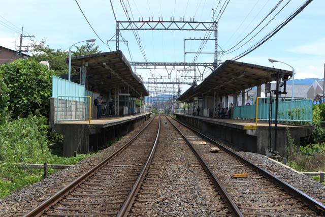 2面2線の相対式ホームをもつ真菅駅
