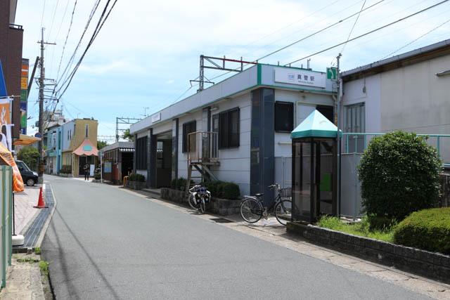 集落の中にあるローカル駅の真菅駅