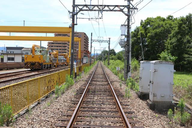 八木駅北西にある新ノ口連絡線を渡る
