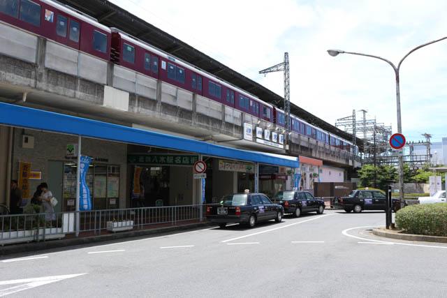高架の大阪線ホームには、列車が頻繁に発着している