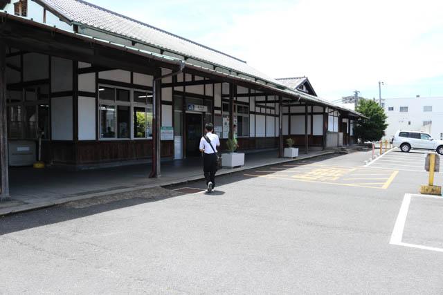 明治時代開業の歴史を今に伝える重厚な作りの畝傍駅