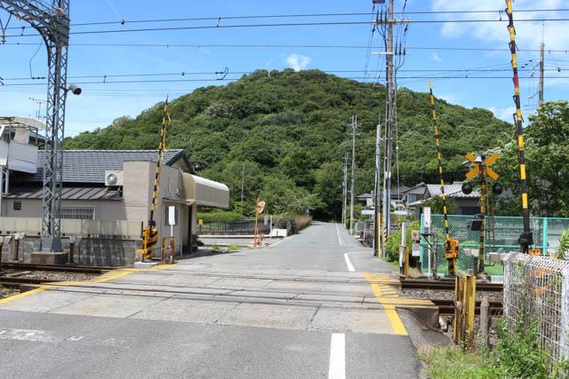近鉄大阪線の踏切越しに眺める耳成山