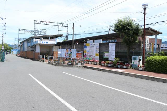 相対式2面2線ホームの地上駅である耳成駅の北口