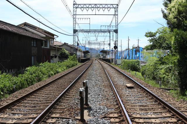大阪線下り方向から耳成駅を遠望する