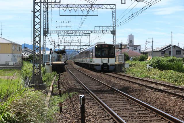 大福駅を通過する名張行き急行
