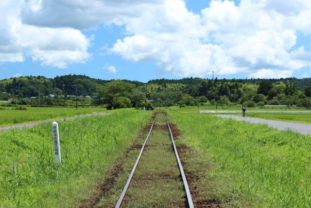 農道のような道が駅に通じるアクセス路