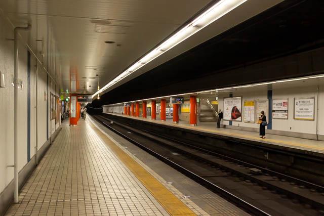 相対式ホームの近鉄日本橋駅。特急列車は通過する ~2020年6月~