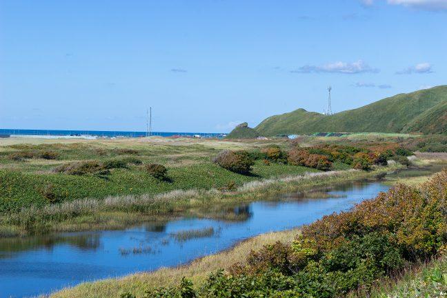 集落や駅名の由来となった抜海岩を眺めつつオロロンラインを北上する