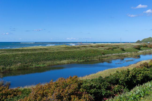 オロロンラインを北上して浜勇知側から抜海漁港に近付く