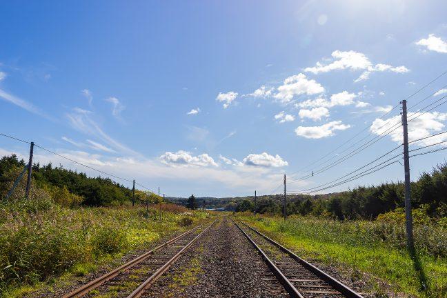 宗谷丘陵の北辺の大地に位置する抜海駅から上り勇知駅方を眺める