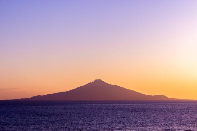 夕日が丘パーキングから眺める利尻水道の夕景と利尻島