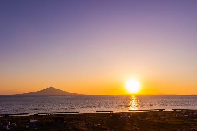利尻水道に沈む印象的な夕日と利尻・礼文両島