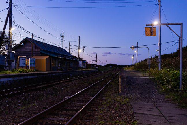 抜海駅の西の空には日没の余韻が残る