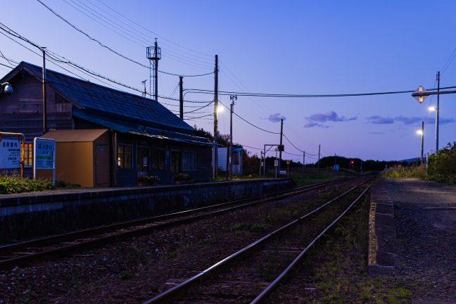夕刻の抜海駅のホームで快晴の一日の余韻に浸る