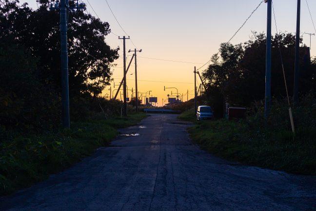 残照に照らされる「駅前通り」