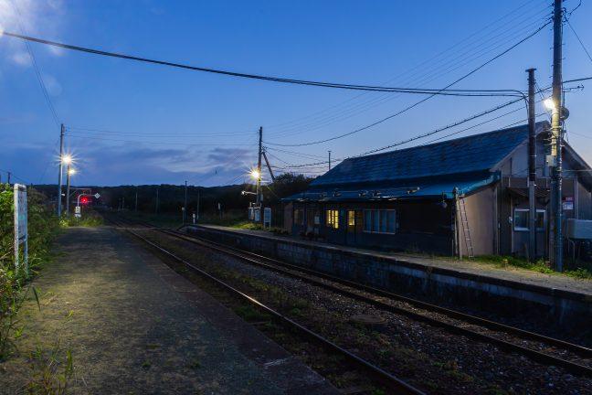 明かりが灯り旅情際立つ抜海駅の暮景