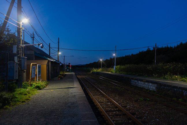 夕刻の抜海駅で一人旅の旅情を味わう