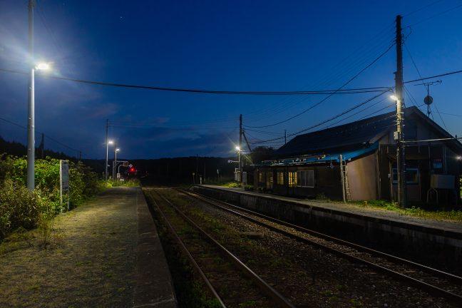 2番線側から暮れなずむ抜海駅を眺める
