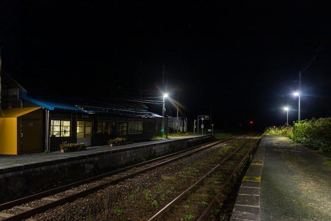 いつまでも眺めていたい旅情駅の夜の情景