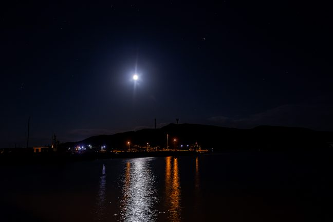 月影さやかな抜海漁港の夜