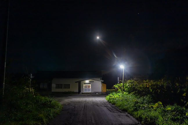 月に見守られる旅情駅・抜海